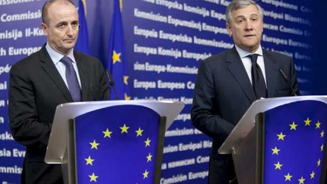 El vicepresidente de la Comisión Europea y comisario de Industria, Antonio Tajani (d), y el ministro español de Industria, Miguel Sebastián, comparecen en rueda de prensa en Bruselas.