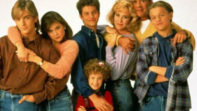 Reparto en los últimos capítulos de 'Los problemas crecen', con un jovencísimo Leonardo DiCaprio (primero por la derecha).