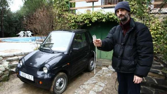 Alejandro Bonet muestra el enchufe de su coche eléctrico, en su casa de Valdemorillo.