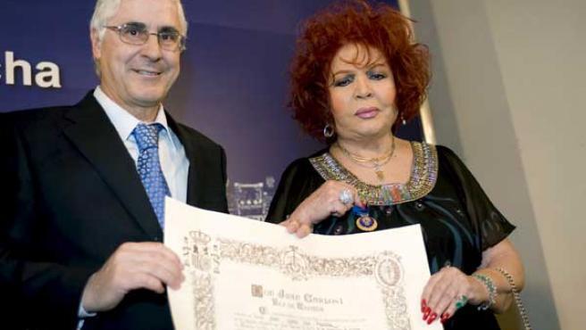 La cantante Sara Montiel recibe de manos del presidente regional, José María Barreda, la Medalla de Oro al Mérito en el Trabajo.
