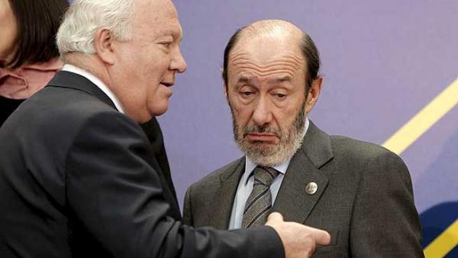 Miguel Ángel Moratinos y Alfredo Pérez Rubalcaba durante la foto de familia de la reunión del Gobierno español con la Comisión Europea en el Palacio de El Pardo.