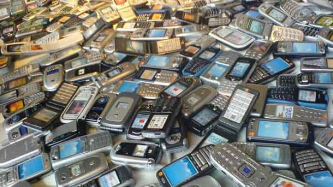 Decenas de teléfonos móviles de diferentes marcas.
