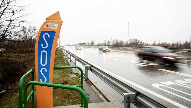 Un poste SOS instalado en la M-111 de Madrid.