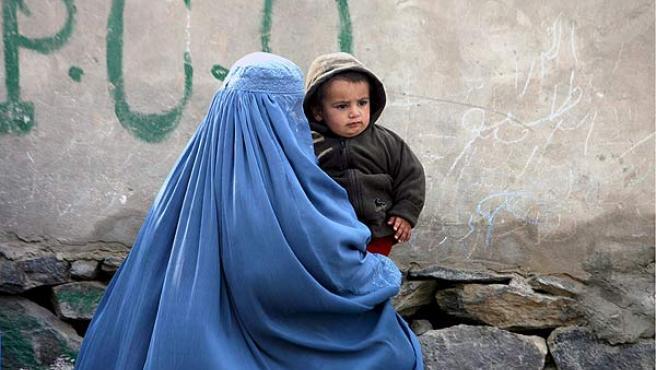 Una mujer afgana camina con su hijo en Kabul.