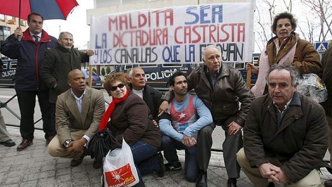 Numerosas personas se concentran frente a la Embajada de Cuba en Madrid por la muerte del disidente Orlando Zapata.