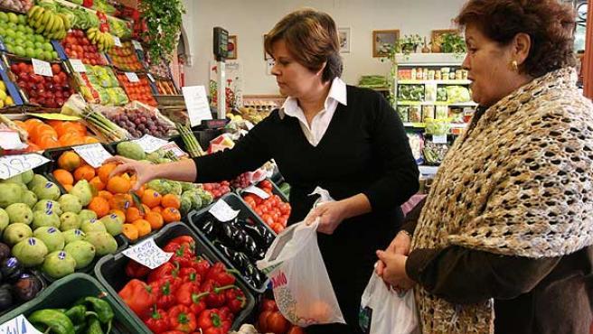 Dos mujeres compran fruta, en una imagen de archivo.