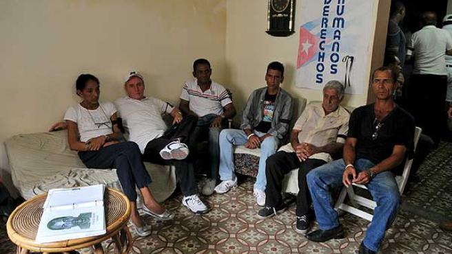 Varios opositores en La Habana el pasado 24 de febrero, en la casa donde se abrió un libro de condolencias por la muerte de Orlando Zapata Tamayo.