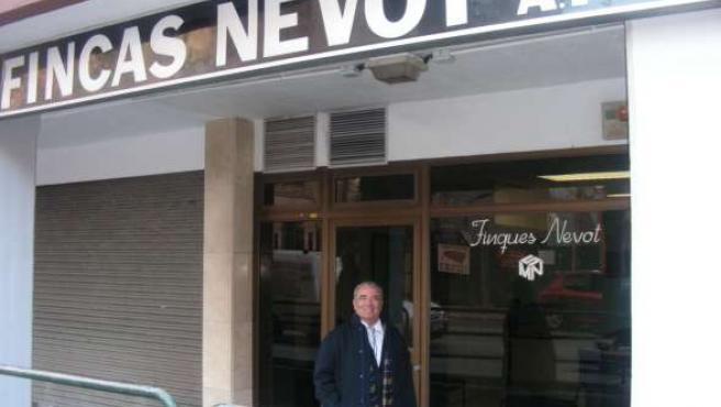 Manuel Nevot, delante de su empresa en Vilanova i la Geltrú.