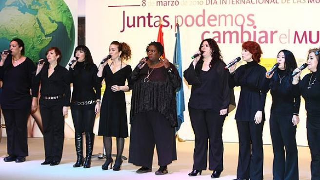 Un coro en el acto institucional con motivo del Día Internacional de la Mujer.