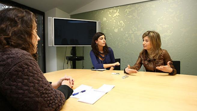 Trío de mujeres: La ministra de Igualdad, en un momento de la entrevista, con las directoras adjuntas de 20minutos.es y 20 minutos, Virginia P. Alonso (izquierda) y Raquel P. Ejerique (centro).