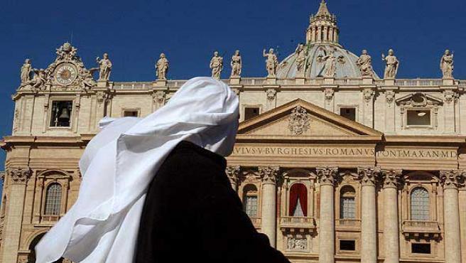 Una monja pasa frente al Vaticano, en una imagen de archivo.