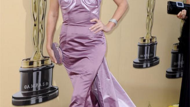 Charlize Theron y su polémico vestido en color lila.