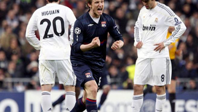El jugador bosnio del Olympique de Lyon, Pjanic (c), celebra ante los jugador del Real Madrid, Kaká (d) y Gonzalo Higuaín, el gol del equipo francés.