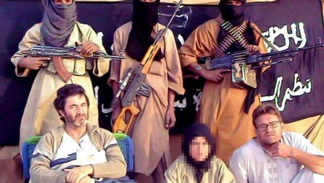 Fotografía facilitada por Al Qaeda al diario Al Arabiya, en la que se ve a Alicia Gámez (pixelada), Albert Vilalta (izda.) y Roque Pascual, con sus captores.