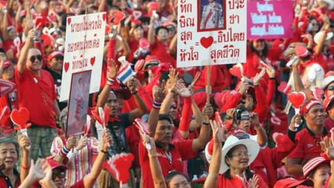 Manifestantes tailandeses piden al Gobierno elecciones anticipadas.