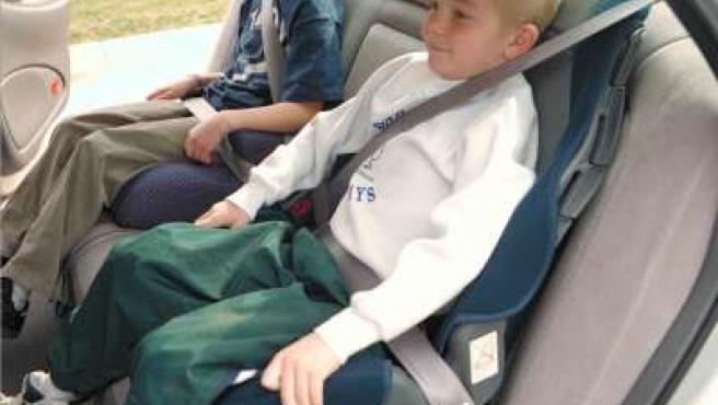 Niños con el cinturón de seguridad puesto.