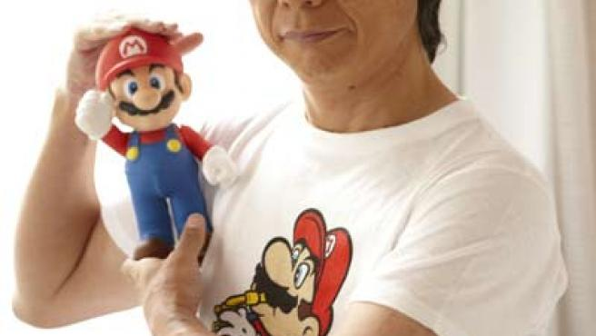 Shigeru Miyamoto junto a su creación, Mario Bros.