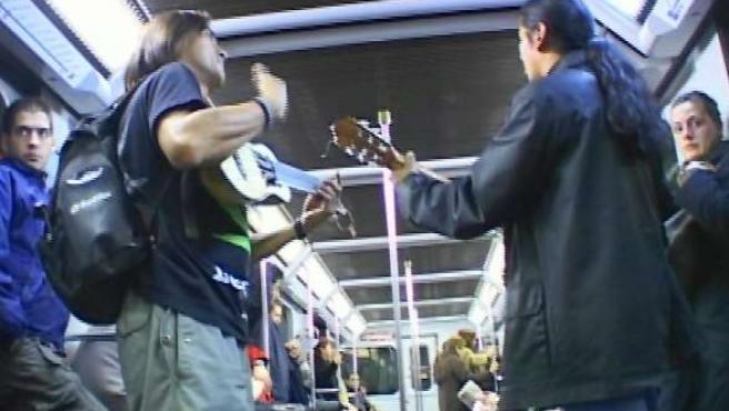 Un grupo de músicos ameniza el trayecto de los viajeros del metro.