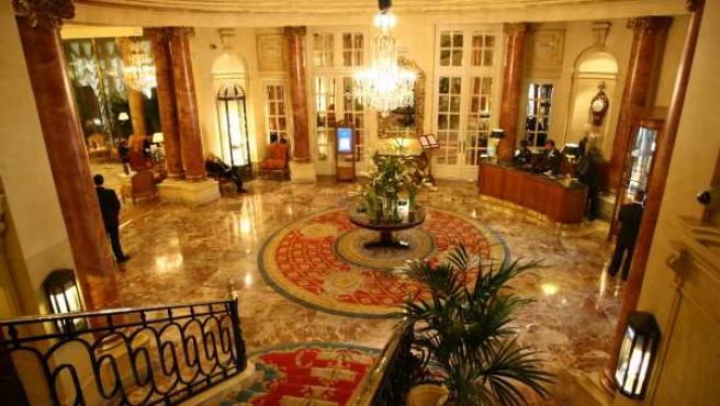 Entrada o lobby del hotel Ritz, con la lámpara de araña en el centro de la estancia.