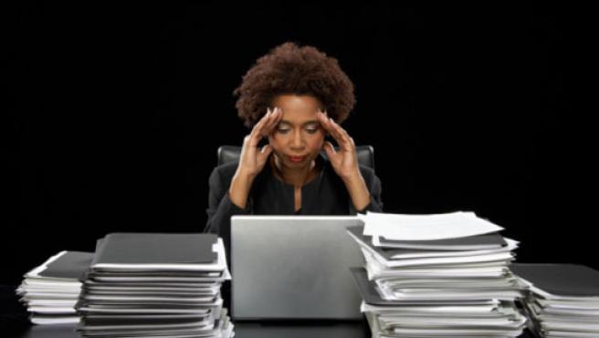 Trabajar más de 50 horas a la semana ya es adicción.