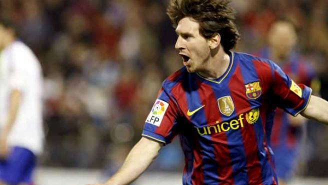 Leo Messi, delantero del Barcelona, celebra uno de sus tres goles ante el Zaragoza.