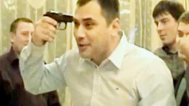 """El autor de la """"broma"""" sostiene la pistola contra su cabeza."""