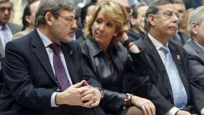 La presidenta de la Comunidad, Esperanza Aguirre, junto al alcalde de Tres Cantos, José Folgado y el secretario de Estado para el Deporte, Jaime Lissavetsky.