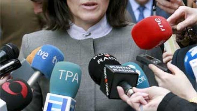 Ángeles González-Sinde, rodeada por periodistas en Oviedo.