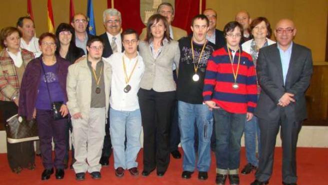La alcaldesa de Albacete recibe a los ganadores de las medallas del Campeonato Regional de Natación organizado por FECAM