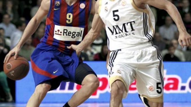El base del Regal Barcelona, Ricky Rubio (i), intenta avanzar ante la oposición del base argentino del Real Madrid, Pablo Prigioni.