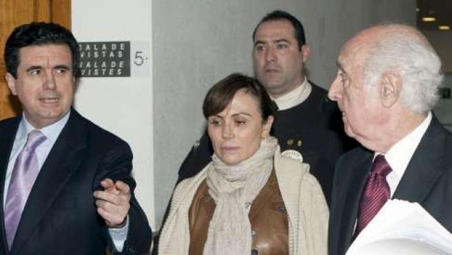El ex presidente del Gobierno balear Jaume Matas (i) y su esposa Maite Areal, junto a su abogado Rafael Pereda (d), abandonan los juzgados de instrucción de la capital balear.