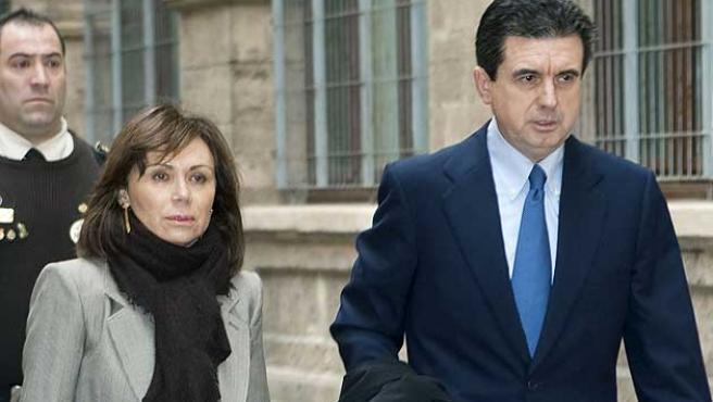 El ex presidente del Gobierno balear Jaume Matas y su esposa, Maite Areal, llegan a los juzgados de Palma.