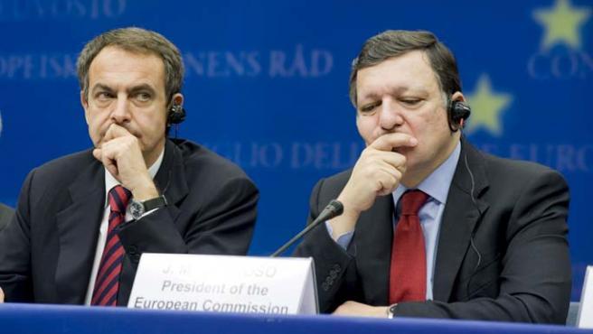 Zapatero (i), junto al presidente de la Comisión Europea, José Manuel Durão Barroso (d).