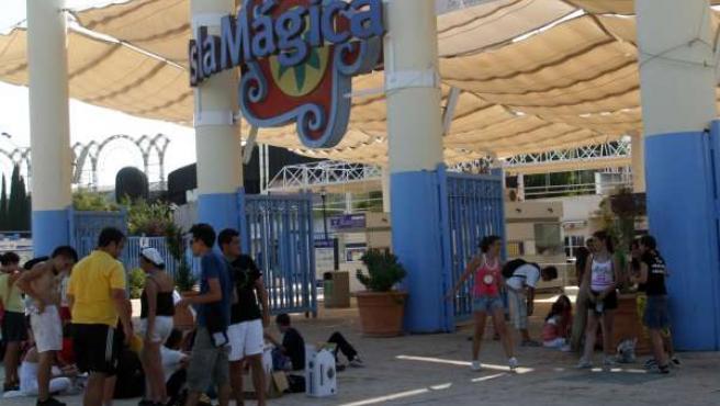 Turistas Accediendo A Isla Mágica.