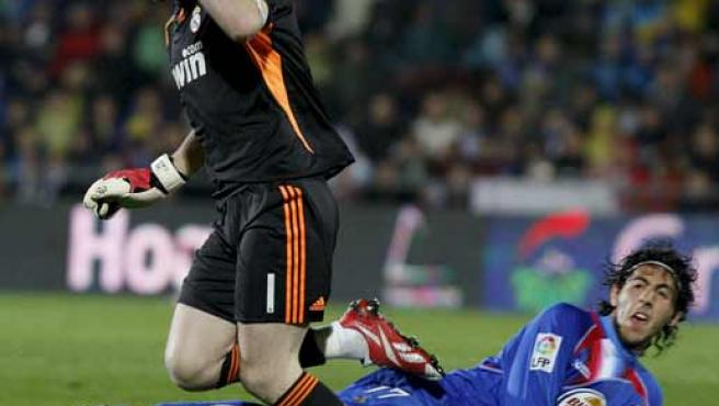 Iker Casillas, guardameta del Real Madrid, pierde el balón ante Dani Parejo, centrocampista del Getafe.