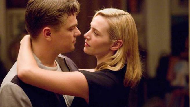 Leonardo DiCaprio junto a la británica Kate Winslet, en una escena del film 'Revolutionary Road'.