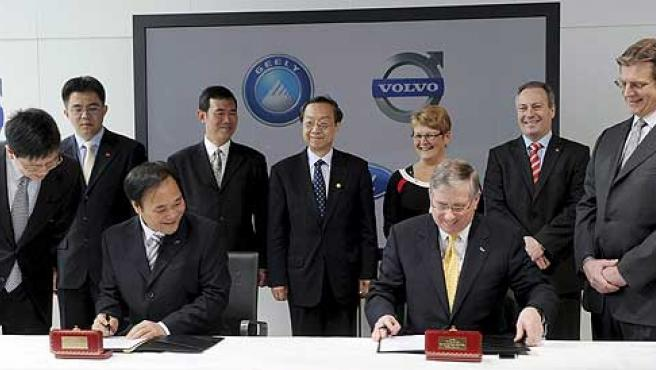 Firma del acuerdo por el que Ford vende Volvo a Geely.