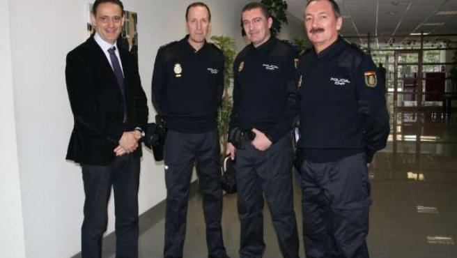 Vadillo Con Agentes Del Cuerpo Nacional De Policía Ataviados Con Los Nuevos Unif