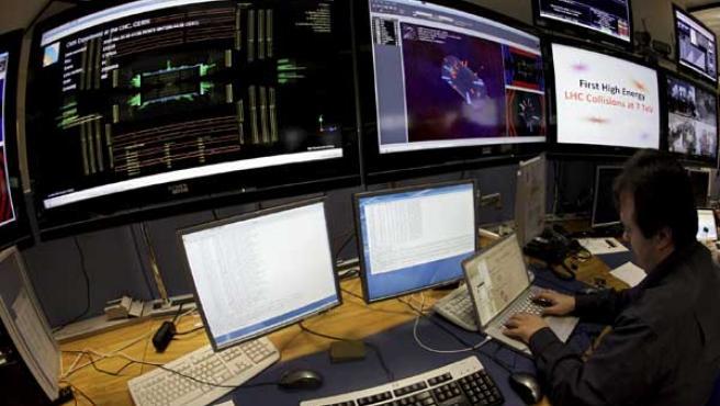 Un científico trabaja en la sala de control de la Organización Europea de Física Nuclear.