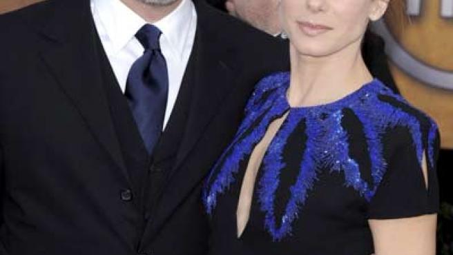 La actriz estadounidense Sandra Bullock junto a su esposo Jesse James durante la entrega de los premios del Sindicato de Actores en Los Ángeles (EEUU).