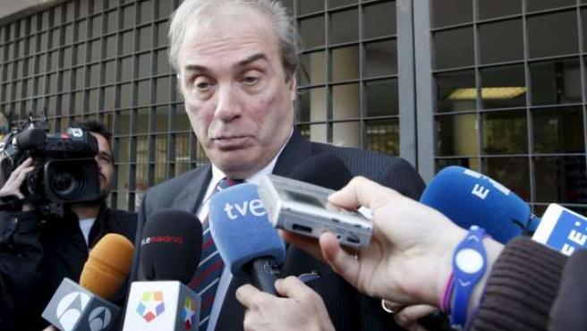 Jesús Neira responde a los medios de comunicación a su salida del juzgado.