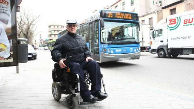 Enrique, en la parada del autobús nº35, que utiliza con frecuencia para llegar al centro.