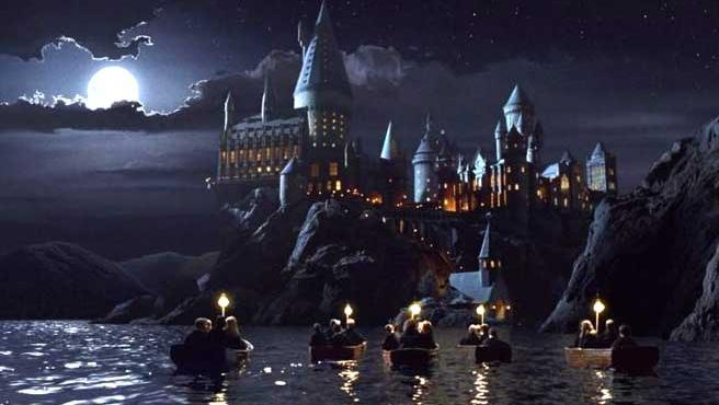 En la imagen, el popular castillo de Hogwarts y sus mágicos alumnos.