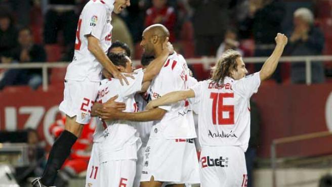 Los jugadores del Sevilla celebran el primer gol del equipo andaluz, obra de Frederic Kanoute.