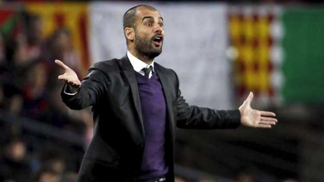 El entrenador del FC Barcelona, Josep Guardiola, protesta una jugada del partido ante el Athletic.