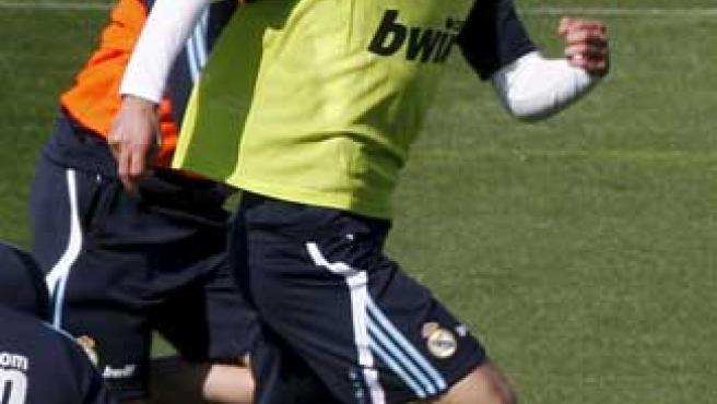 Los centrocampistas del Real Madrid, el argentino Gago (i) y el holandés Van der Vaart, durante el entrenamiento de este viernes.