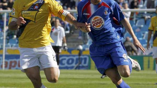 El delantero del Getafe Manu del Moral pelea un balón con el centrocampista del RCD Espanyol Moisés Hurtado.
