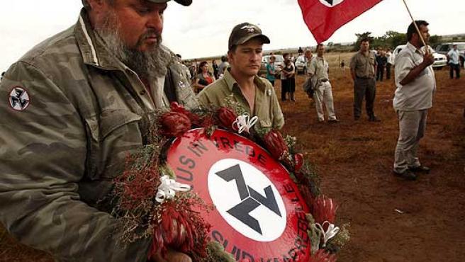 Simbología nazi en el funeral por el líder Afrikaner asesinado en Sudáfrica.