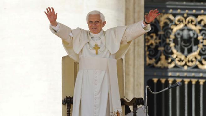 Benedicto XVI saluda a los fieles durante la tradicional audiencia de los miércoles en la Plaza de San Pedro.