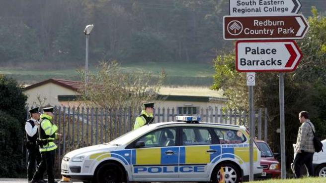 Agentes de la Policía de Irlanda del Norte (PSNI) patrullan en una zona cercana a la localidad norirlandesa de Holywood.